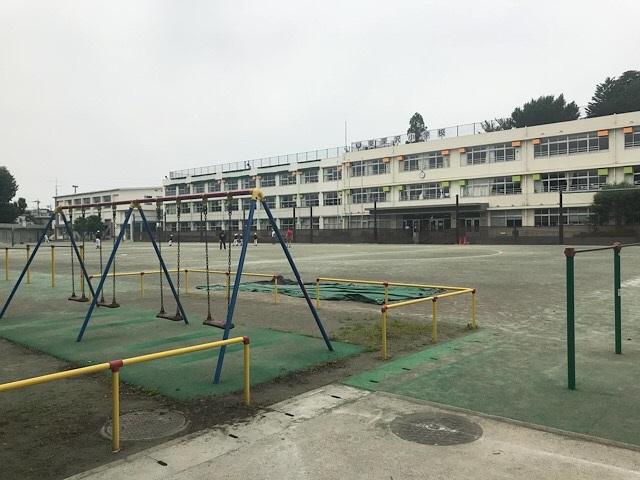 東深沢小学校 遊具と校庭 1